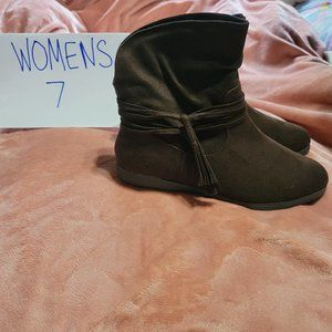 Womens Size 7 SO Brown Slip On Above Ankle Boots